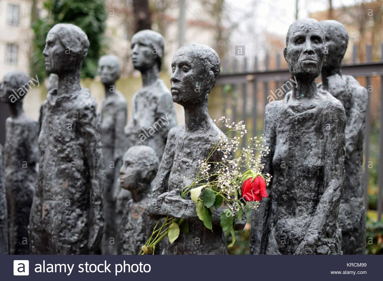 Berlín, monumento al Holocausto judío, en el exterior del cementerio judío