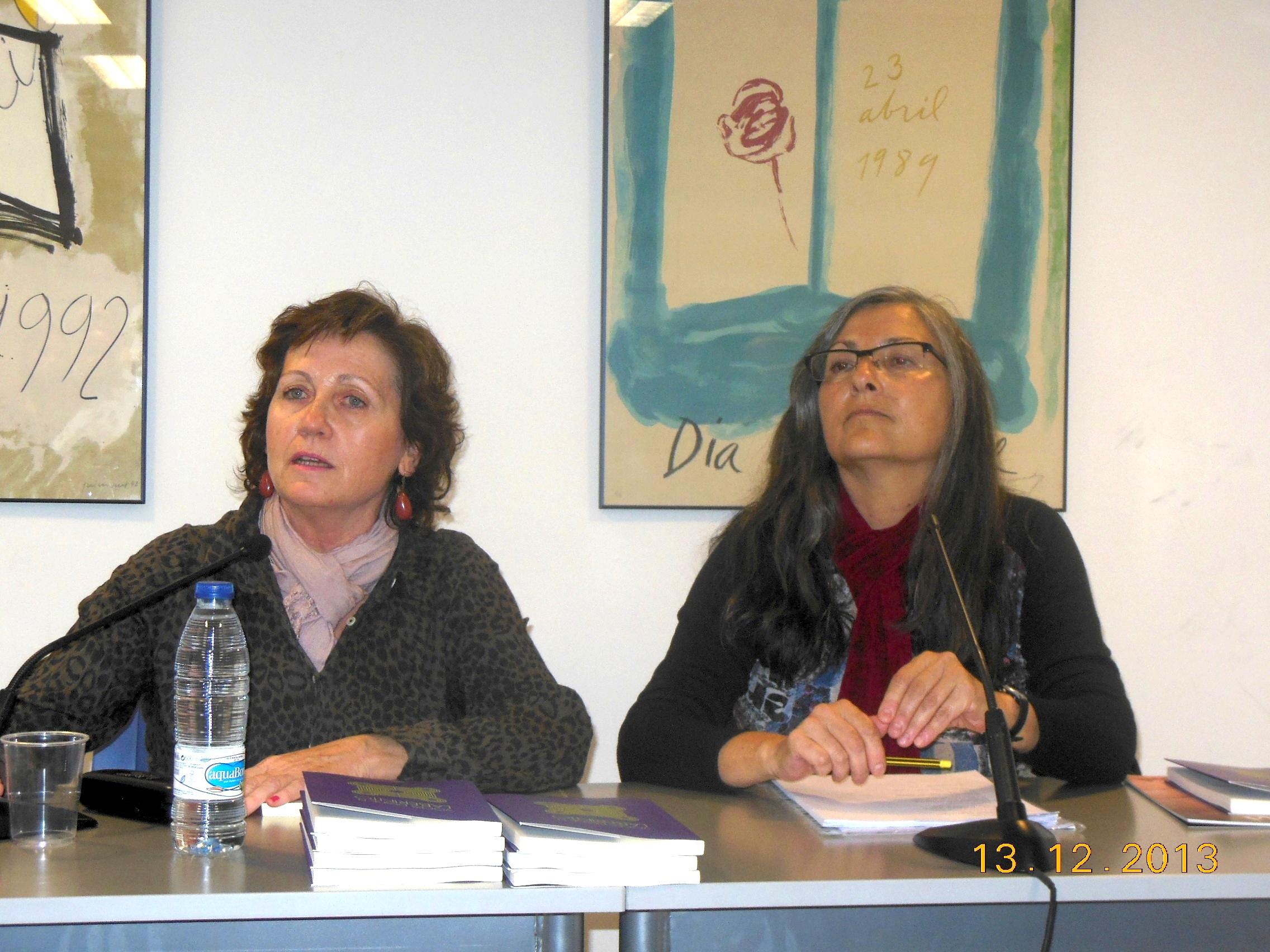 Anna Rossell (derecha) con María de Luis. Tertulia del Laberinto de Ariadna, Ateneo Barcelonés, 2013