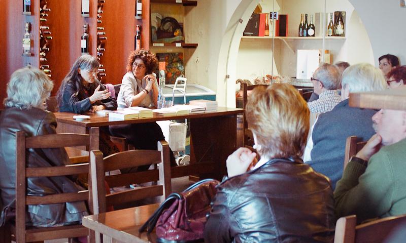 """Anna Rossell (izquierda) con Marta Neira en la presentación de """"Aquellos años grises"""" (El Masnou, 2012)"""