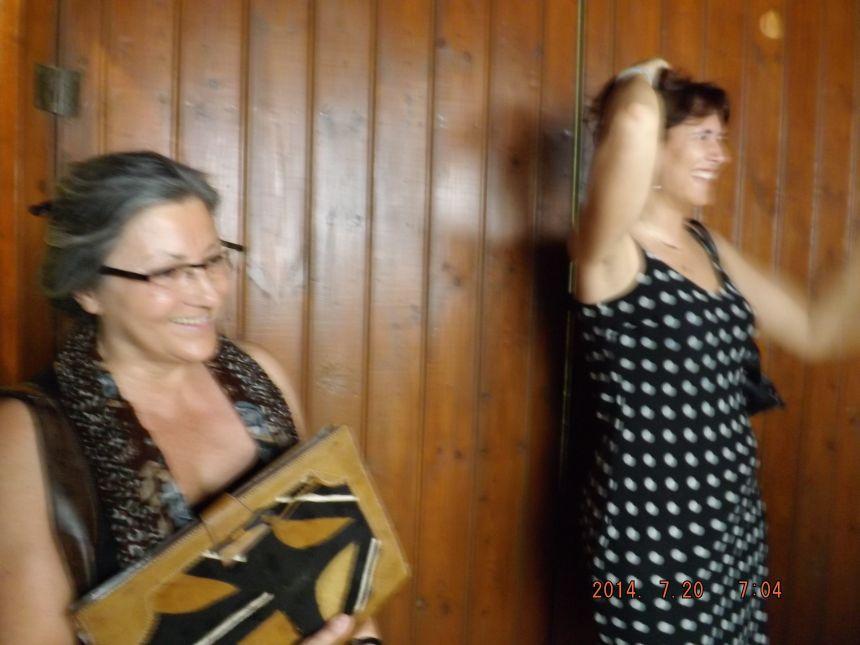 Anna Rossell (izquierda) con Lola Badia en el Festival de Poesia des dels Balcons (Riba-roja d'Ebre, 2014)
