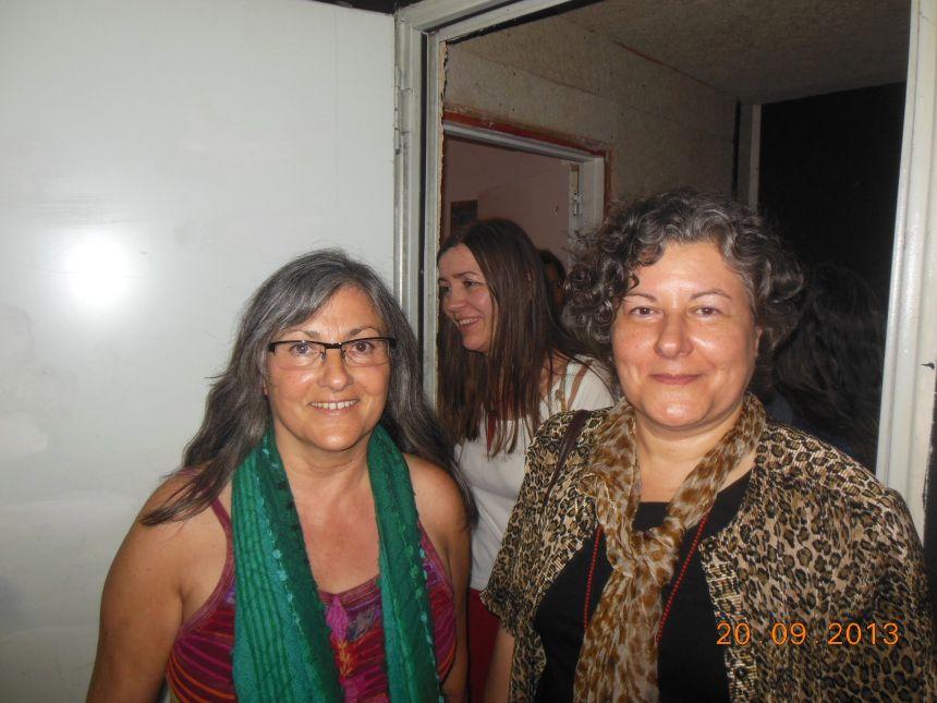 Anna Rossell (izquierda) con Neus Aguado. Homenaje al poeta Antonio Tello, Barcelona, 2013