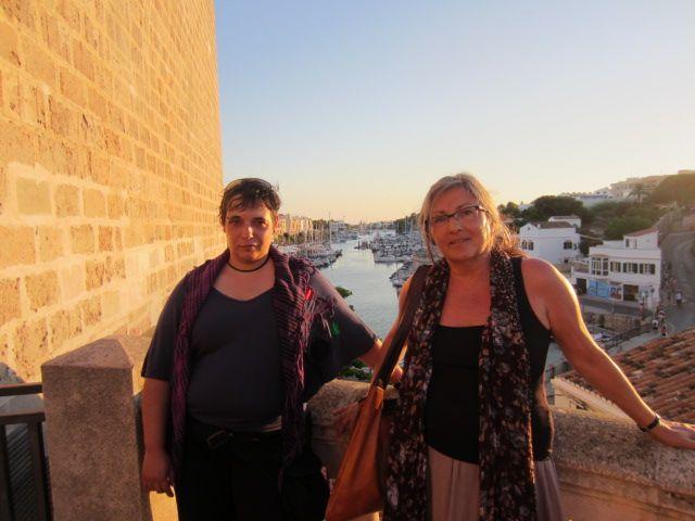 Anna Rossell (derecha) con la poeta Carmen Álvarez, Ciutadella (Menorca), julio 2014