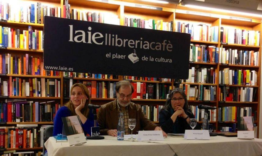 """Anna Rossell (derecha) con Josep Anton Soldevila y Noemí Trujillo. Presentación de su poemario """"Àlbum d'absències"""", Librería Laie, Barcelona, 2013"""