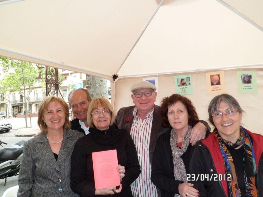 Anna Rossell (derecha) con amigos/as poetas. Barcelona, Sant Jordi 2012